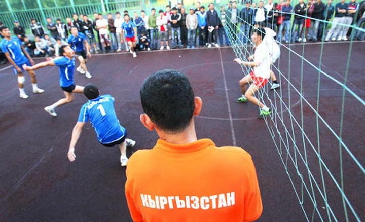 Киргизские мигранты зарабатывают деньги, играя в волейбол