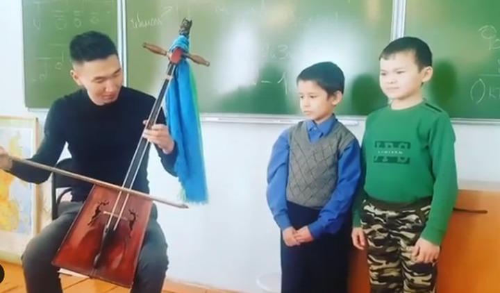 "Дети из Улан-Удэ спели ""Антошку"" на бурятском языке под морин хуур"