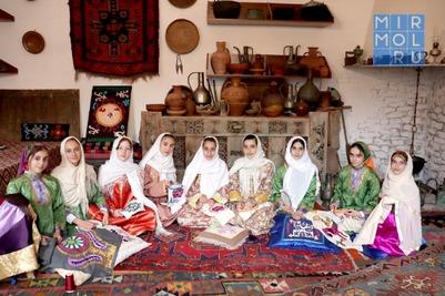 Мастерицы Дагестана обучают молодежь уникальной кайтагской вышивке