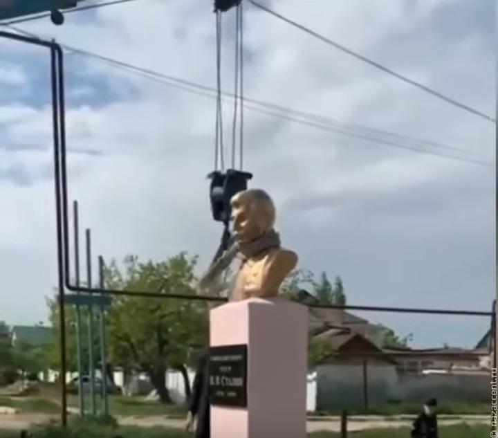 Не поссорить народы: в Дагестане жители сняли бюст Сталина