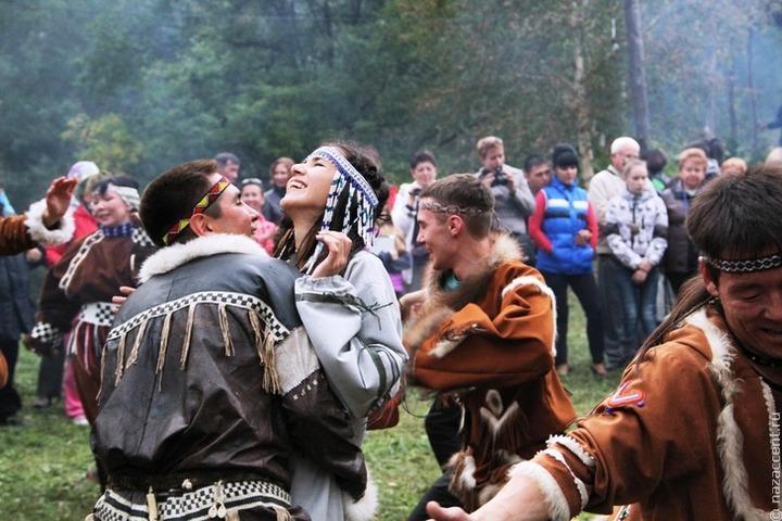 В танцах и отпугивании злых духов посоревновались на камчатском Алхалалалае