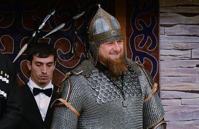 Кадыров появился на торжественном приеме в национальных доспехах