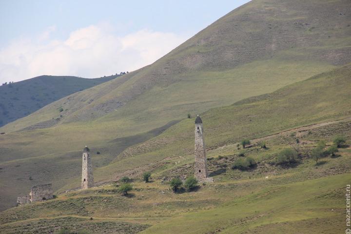 Ученые нашли в горах Ингушетии четырехметровую стелу с петроглифами