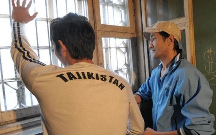 В Гатчине мигранты разобрали стену спецприемника и сбежали