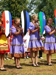 """Молодых жен искупали на фестивале """"Быг-быг"""" в Удмуртии"""
