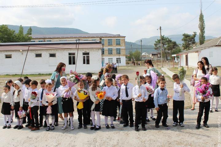 В Дагестане накажут замдиректора школы, не пускавшего учениц на занятия без косынок