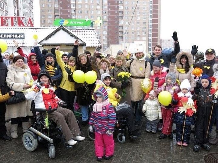 """""""Солнечный флешмоб"""" против строительства общежития для мигрантов в Новокосино собрал тысячу протестующих"""