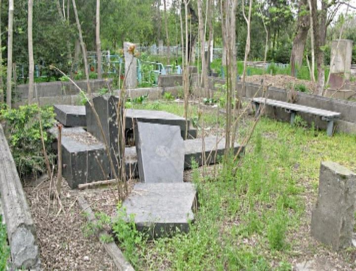 В Пятигорске вандалы изрисовали надгробные плиты нацистской символикой