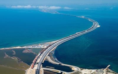 На Крымском мосту прошел автопробег в честь крымско-татарского флага