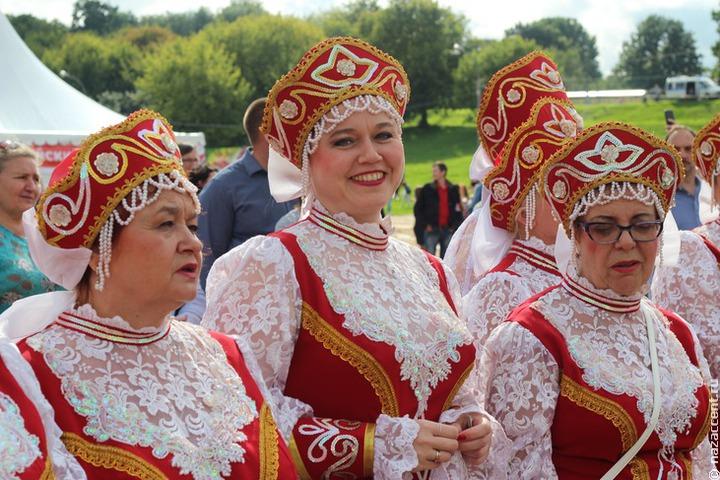 Орловские молодожены сыграли славянскую свадьбу в рубахе и с кокошником