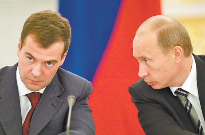 Путин поручил Медведеву разработать концепцию единого учебника истории за 7 месяцев