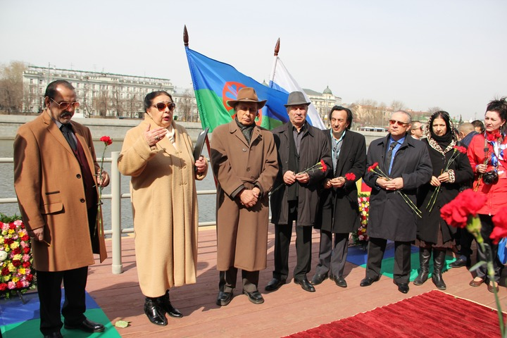 В Международный день цыган в Москве спустили венки на воду