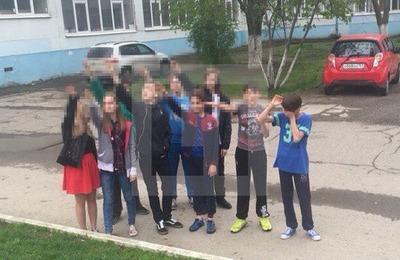 """Ростовские следователи проверяют инцидент с фотографией """"зигующих"""" школьников"""