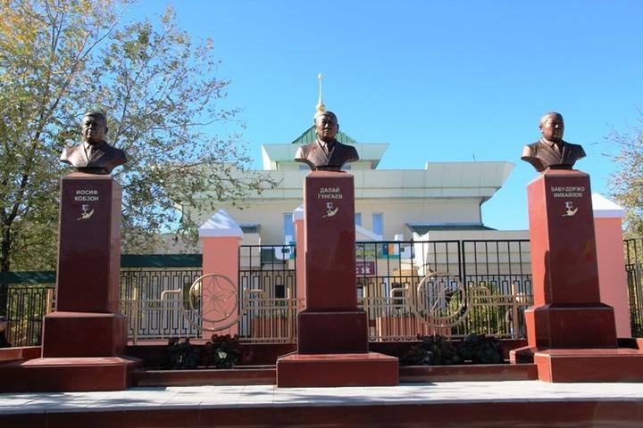 К юбилею бурятского округа в Агинске установили бюсты Кобзона и двух чабанов