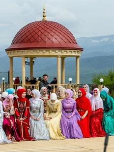 В Чечне победителю конкурса национальных танцев подарили двухкомнатную квартиру
