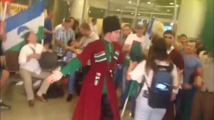 Для российских олимпийцев станцевали лезгинку в Шереметьево