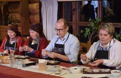 """Глава Удмуртии и бабушки из Бураново открыли """"Всемирный день пельменя"""" совместной лепкой"""