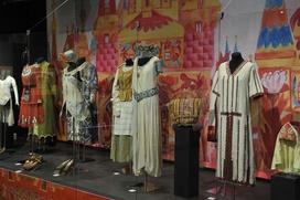 Различия народных и театральных костюмов покажут на выставке в Москве