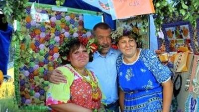Жителей тульского села Дедилово научили плести венки и делать обереги