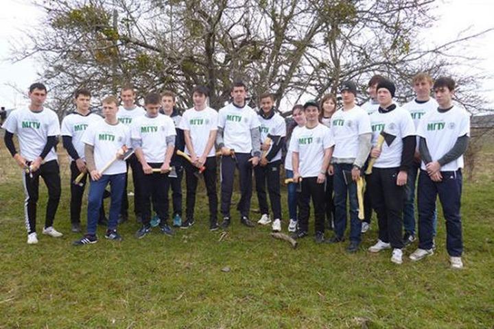 Казаки Адыгеи помогли студентам восстанавливать черкесские сады