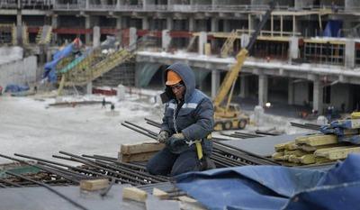 "Из-за курса рубля 20% мигрантов покинули стройку стадиона ""Зенит"""