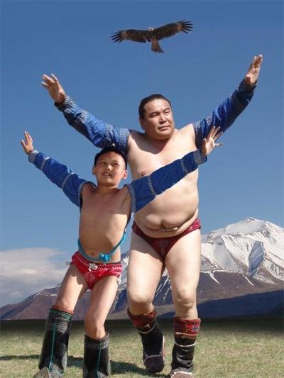 Участники VIII Фестиваля традиционной борьбы народов России станцуют танец орла и лезгинку