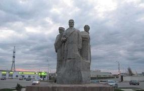 Памятник братству русского, чеченца и ингуша открылся в Грозном после реставрации