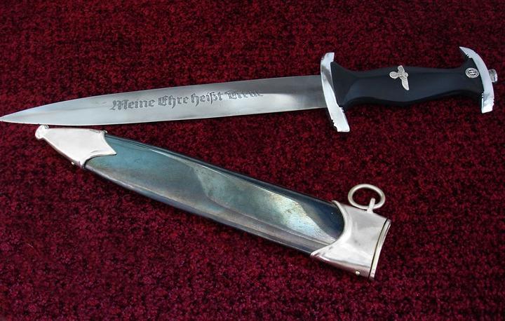 В московском магазине из продажи изъяли два ножа со свастикой