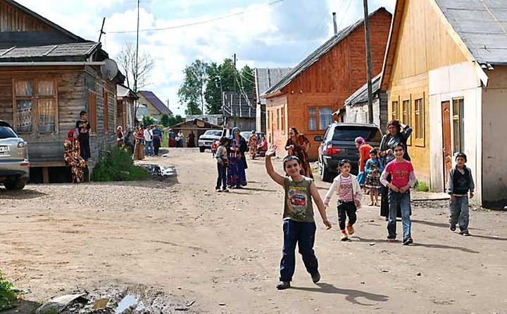 В поселке Плеханово начали сносить незаконные цыганские дома