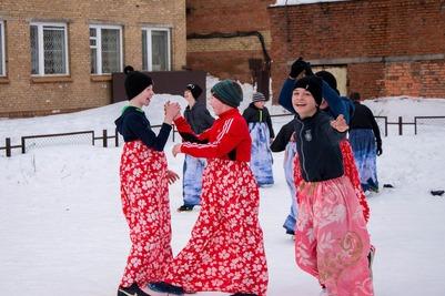 Сыктывкарских школьников нарядили в саамские сарафаны