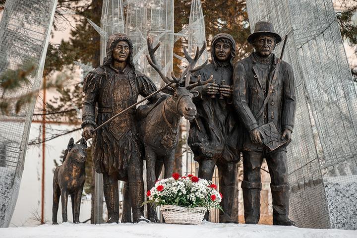 В Якутии открыли памятник эвенкийским каюрам