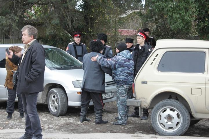 Казак напал на журналистов во время митинга в сочинском поселке