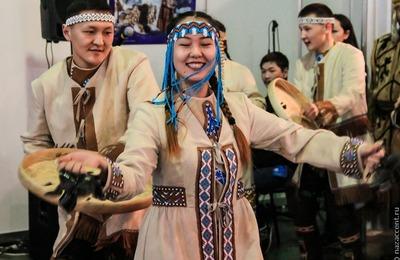 """Гостей """"Сокровищ Севера"""" в Москве научат готовить строганину и танцевать"""