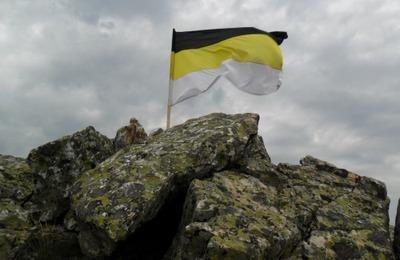 Демушкин поддержал инициативу по возвращению России имперского флага