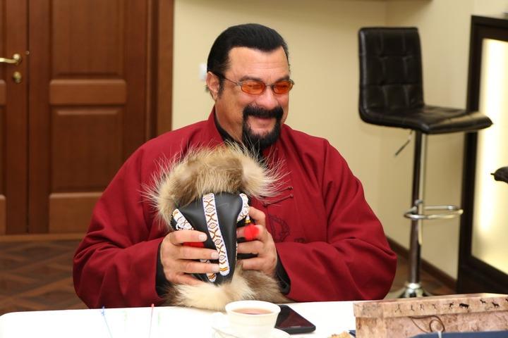 Стивен Сигал получил малахай в подарок от губернатора Камчатки