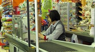 Госдума запретила нанимать мигрантов на работу продавцами розничных товаров