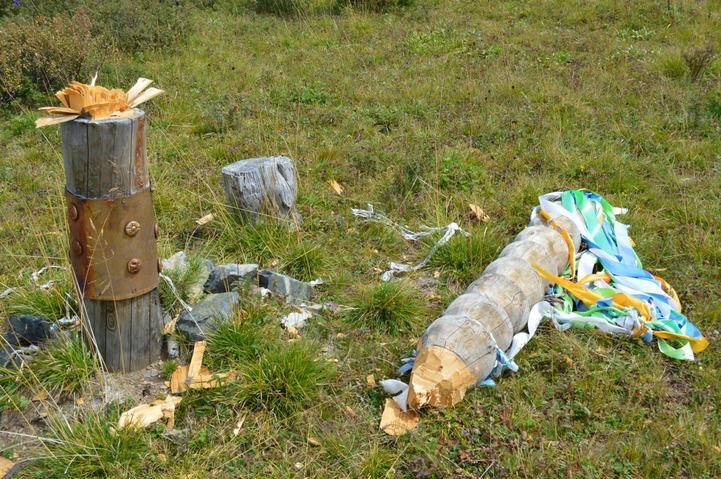 В Республике Алтай вандалы разрубили топором ритуальную алтайскую коновязь