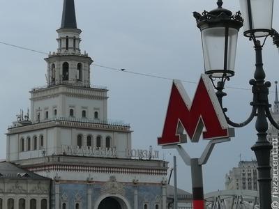 СМИ: в московском метро сняли центральный указатель на таджикском и узбекском языках