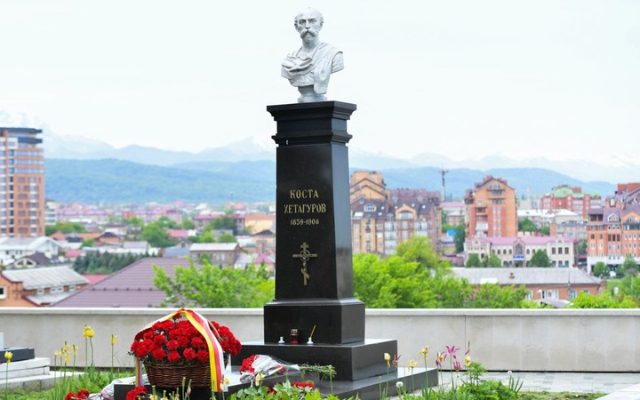 В Северной Осетии возложили цветы к памятнику Косте Хетагурову в честь Дня осетинского языка