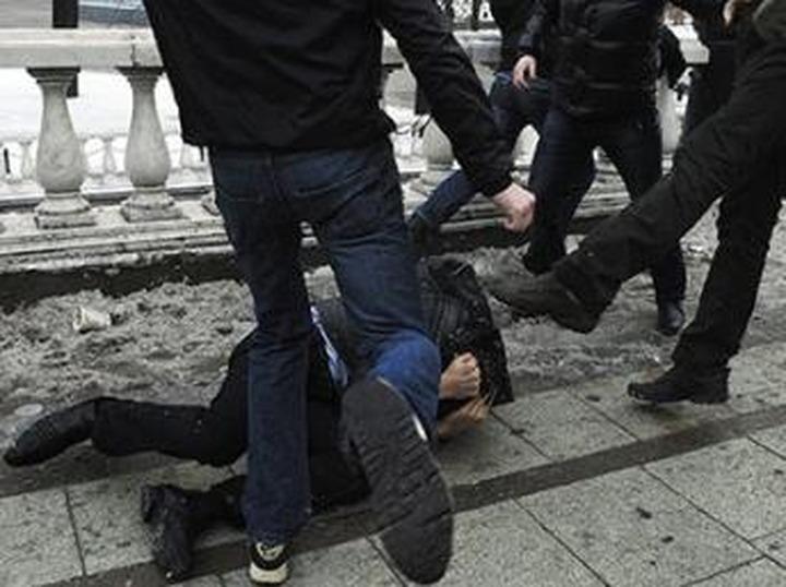 Двух новосибирцев обвинили в угрозе убийством студенту из-за национальности