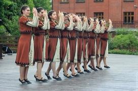 """В Москве гостей праздника """"Абрикос"""" научат армянскому танцу """"Кочари"""""""