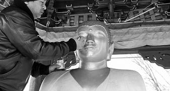 Осквернившему статую Будды борцу продлили арест