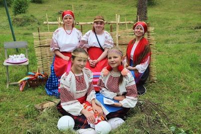 """Гостям вепсского праздника """"Энарне ма"""" рассказали легенду о детях березы"""