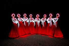 "Светящиеся ""Аленки"" станцевали русский танец у храма в Омске (видео)"
