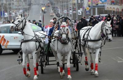 Олимпийский огонь в Брянске встречали караваями и 156-метровым рушником