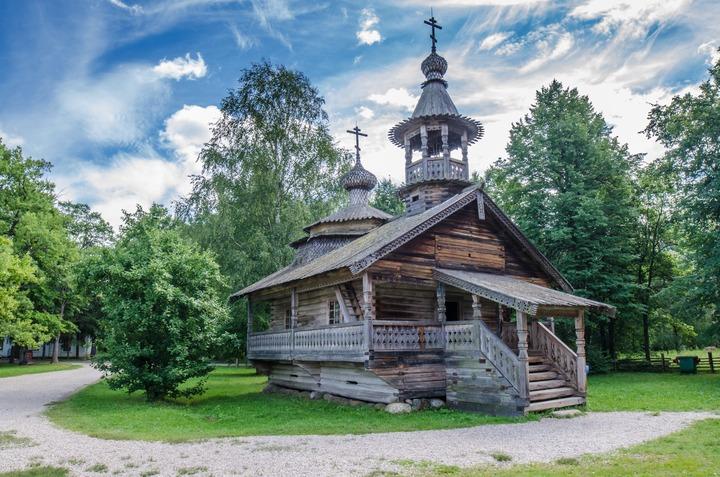 Реставраторы разобрали и собрали заново древнюю церковь в этнопарке в Великом Новгороде