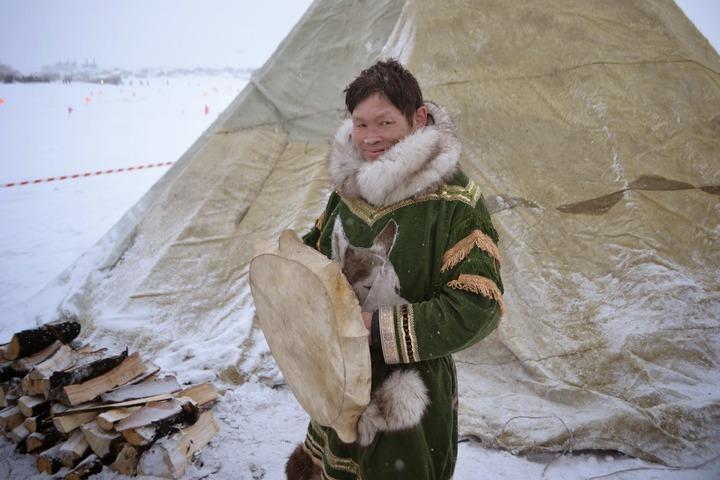 В Санкт-Петербурге ненецкий шаман раскурил трубку мира и провел обряд примирения
