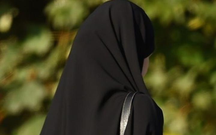 Чеченок преследуют в интернете за фотографии без хиджабов и с открытыми руками