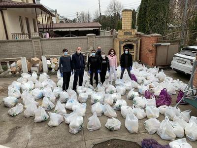 Молодежь из греческой общины Кавказских Минеральных Вод развозит продукты нуждающимся во время карантина
