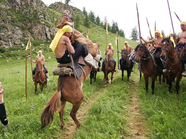 Конь присутствует в жизни алтайца с раннего детства